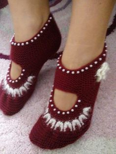 2 Shaped Beaded And Flower Ornament Made Easy Women& Shoes.This Pin was discovered by Ayş Crochet Socks Pattern, Easy Knitting Patterns, Crochet Shoes, Knit Crochet, Knitting Socks, Baby Knitting, Crochet Baby Cardigan, Knitted Slippers, Shearling Slippers