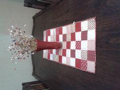 Caminho de mesa feito em patchwork com tecidos 100% algodão e manta acrílica. Quiltado e forrado. <br> <br>Dimensões: <br>Comprimento: 1,03 m <br>Largura: 42 cm