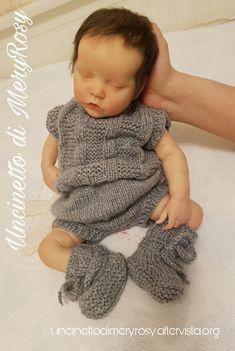 Body e scarpine lavorate a maglia, per bambola reborn. Volendo anche adatto ad un baby  Knitted bodysuits and shoes for reborn dolls. Wanting also suitable for a baby  #vestitino #vestito #body #scarpe #scarpine #uncinetto #crocheted #crochet #handmade #fattoamano #diy #bebè #bebe #bimba #baby #reborn #doll #dolls #knitting #knitted #shoes