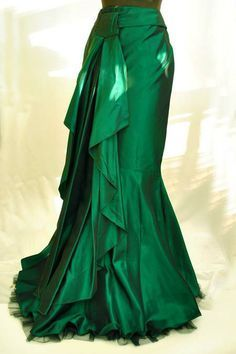 A gorgeous green skirt. Steampunk Jacket, Steampunk Fashion, Steampunk Dress, Dress Skirt, Dress Up, Bustle Skirt, Taffeta Skirt, Peasant Skirt, Satin Skirt
