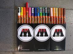 """As canetas Molotov """"Molotov One 4 All Series"""" oferece um sistema sofisticado para qualquer artista para fazer o seu ambiente de trabalho o mais versátil possível com marcadores molotov. Isto é assegurado pela pontas intercambiáveis especiais e tinta recarregáveis e miscível!  Kit com 18 cores.  http://junkz.com.br/blog/2013/09/molotow-canetas-127-hs-kit-18-unid/"""