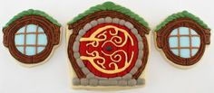 Hobbit Door Cookies are a precious pastry, made by Mike of Semi Sweet Designs. The cookies are iced with bright colors and gold accents. Mike even goes to suggest creating a grassy dome-shaped cake and put the doors on the front. Hobbit Door, O Hobbit, Tolkien, Casa Dos Hobbits, Hobbit Cake, Game Of Thrones Beer, Hobbit Party, Clay Fairies, Incredible Edibles