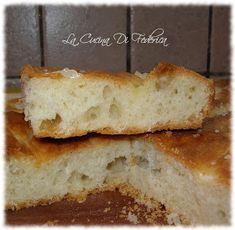 Visto che i panini al mascarpone  hanno avuto successo, vi offro una bella fetta di focaccia al mascarpone.  Semplicemente ottima!   Ingr...