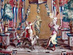 GROTESCOS  Tapicería de la serie de Jean Bérain Grotesques (detalle), hecho por Behagle, circa 1700 (Kronborg). La gran serie de Grotescos, iniciada en la década de 1690, se convirtió en un pilar de la producción de Beauvais, tejida a través de la Regencia. Las caricaturas, que fueron inspiradas en los grabados de Jean Bérain, el Viejo, y se llevaron a cabo con los dibujos de Jean-Baptiste Monnoyer, un pintor unido a la fábrica de Gobelinos, se basaban en fantasía grotesca. Jarrones de…