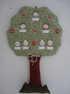 Árvore em tecido com aplicação de biscuit, botões e feltro. Caso necessite de mais pessoas na árvore, acresce 2,50 por rostinho. R$81,90