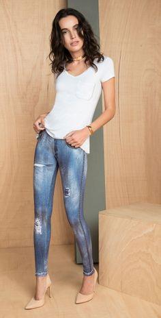 calca legging que imita jeans e blusa basica