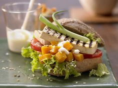 Tofu-Burger - mit Ingwercreme und Kürbiskompott - smarter - Kalorien: 502 Kcal - Zeit: 30 Min. | eatsmarter.de