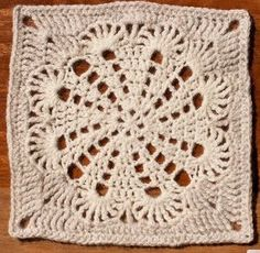 The Royal Parlor Granny - Free pattern - is this square not lovely. A few different versions on one free pattern