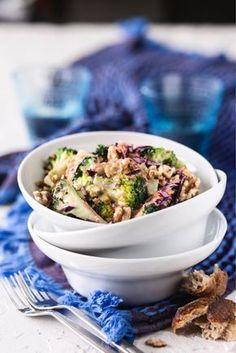Parsakaali-pähkinäsalaatti helppo vegaanistaa valitsemalla vegaaninen majoneesi ja jugurtti Potato Salad, Potatoes, Ethnic Recipes, Food, Potato, Essen, Meals, Yemek, Eten