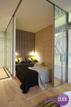 Vejam que quarto interessante. Foi feita uma parede no cômodo com porta de correr para que, durante o dia, o quarto fique escondido. Uma solução diferente e criativa para apartamentos pequenos.