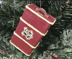 Mini Hogwarts Trunk Ornament - Perfect craft idea for Harry Potter fans! Deco Noel Harry Potter, Natal Do Harry Potter, Harry Potter Navidad, Harry Potter Weihnachten, Décoration Harry Potter, Harry Potter Thema, Harry Potter Birthday, Harry Potter Christmas Decorations, Harry Potter Christmas Tree