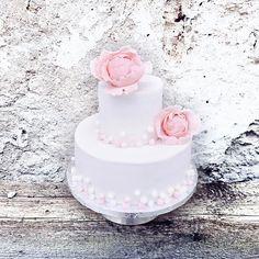 "Polubienia: 80, komentarze: 1 – Ola Glebicka (@olglebicka) na Instagramie: ""#lessismore 🌸 #babygirl #chrzest #christeningcake . . . . . . #cake #instacakes #cakesdecorating…"""