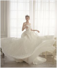 [Okay, so maybe wedding gowns don't lend themselves well to twirling. Or possibly  it's all the petticoats that don't cooperate!  I like her headpiece.]  [웨딩드레스] ② 봄날의 햇살 같이 사랑스럽고 청초한 웨딩뮤즈. 라포엠 < 웨딩뉴스 < 월간웨딩21 웨프