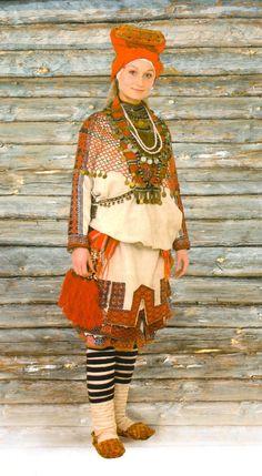 Праздничный костюм женщины-мокшанки. XIX в.   Пензенская губерния, Наровчатский уезд,   с. Алькино (ныне Ковылкинский район РМ)
