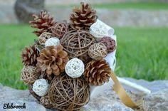 Ramo otoñal, en otoño puedes optar por tematizar tu ramo apostando por elementos de la naturaleza como rattán y piñas, los cuales aportaran colores propios de la estación, como marrones y ocres.