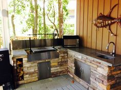 Outdoor kitchens are the perfect way to enhance patios, yards and outdoor spaces. Most homeowners also consider paradise outdoor. Modular Outdoor Kitchens, Outdoor Kitchen Patio, Outdoor Kitchen Design, Outdoor Spaces, Outdoor Living, Kitchen Decor, Argentine Grill, Campfire Grill, Outdoor Grill Station