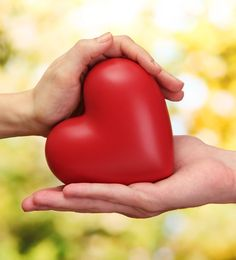 Ως γνωστόν η σωστή διατροφή συνεπάγεται και καλή υγεία και φυσικά το πρώτο στο οποίο πρέπει να εστιάζουμε είναι το τι θα τρώμε για να βοηθήσουμε στην καλύτερη λειτουργία του βασικότερου ζωτικού οργάνου μας, δηλαδή της καρδιάς. Οι παρακάτω τροφές, λοιπόν, είναι μερικές από τις καλύτερες διατροφικές επιλογές που ενισχύουν αυτό το κομμάτι.