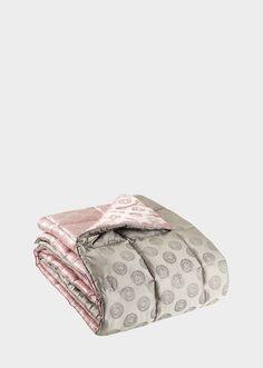 Medusa Royale Jacquard Comforter by Versace Home. Luxurious Silk comforter with the iconic Medusa motif - a Versace lifestyle essential. Louis Vuitton Gifts, Luxury Baby Clothes, Truck Bed Storage, Versace Home, Donatella Versace, Designer Kids Clothes, En Stock, Baby Winter, Cute Bags