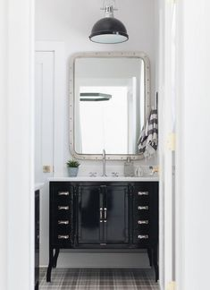 Metal Frame Mirror in Industrial Bathroom decor ideas via @mhousedevelopment Industrial Bathroom Design, Industrial Interior Design, Industrial Interiors, Farmhouse Bathroom Light, Farmhouse Vanity, Antique Farmhouse, Concrete Bathtub, Bathroom Pendant Lighting, Bathroom Styling