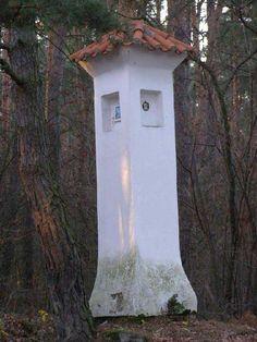 Boží muka u Předbořic v lese u silnice na Březí.