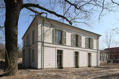 Große Sprossenfenster, Lisenen, Faschen und Gesimse erzeugen eine repräsentative Wirkung.