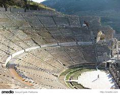 İzmir İli Selçuk İlçesi sınırları içindeki antik Efes kenti'nin ilk kuruluşu M.Ö. 6000 yıllarına dayanmaktadır. Hellenistik ve Roma çağlarında en görkemli dönemlerini yaşayan Efes, Asya eyaletinin başkenti ve en büyük liman kenti olarak 200.000 kişilik nüfusa sahipti. Dünyanın yedi harikasından biri olan Artemis Tapınağı Efes antik kentinin içerisinde bulunmaktaydı.