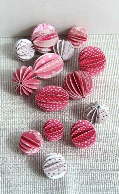 ♡ Tutorial Paper Balls ♡ - Dekoration, DIY, Tuto Hook und Papier - My WordPress Website Origami Ball, Origami Diy, Origami Tutorial, Christmas Deco, Handmade Christmas, Christmas Crafts, Christmas Ornaments, Diy Paper, Paper Crafts