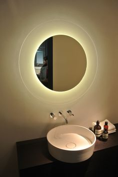 Illuminated mirror with conceptual furniture Backlit Mirror, Led Mirror, Mirror Vanity, Bathroom Mirror Design, Bathroom Ideas, Infinity Mirror, Beautiful Mirrors, Diffused Light, Light Fittings