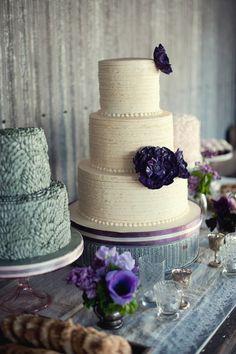 Wedding cake with purple flowers #cakes #weddingcake #dessert #weddingideas #wedding