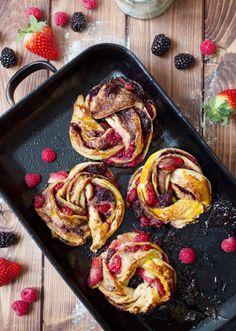 gedrehte Hefezöpfe mit Himbeeren Brombeeren und Erdbeeren