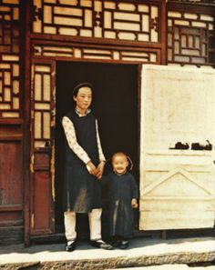 Autochrome image of a mother and son during the Qing Dynasty, China, 1912, photograph by Albert Kahn.