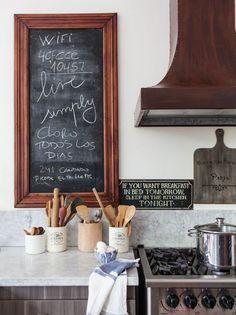 Tanto en cocinas rústicas como modernas, un pizarrón puede ser una herramienta útil para organizar y un elemento lúdico para despertar sonrisas con frases inesperadas.