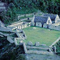 """Conjunto Arqueológico de Choquequirao (""""cuna de oro"""") podría ser una de las ciudadelas perdidas en el valle de Vilcabamba, donde los incas se refugiaron a partir de 1536. El complejo consta de nueve grupos arquitectónicos de piedra, con cientos de andenes, habitaciones y sistemas de riego. Las edificaciones se encuentran distribuidas alrededor de una explanada o plaza principal A 93 Km de la ciudad de Abancay (Región de Apurímac),"""