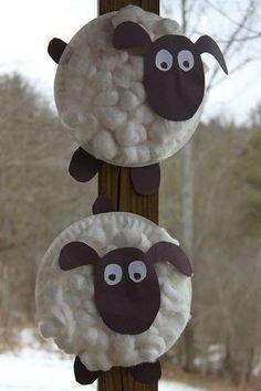 mouton réalisés avec des assiettes en carton et boules de coton .