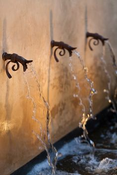 Why You Should Invest In Simple Water Features For Your Home Garden – Pool Landscape Ideas Spanish Revival, Spanish Colonial, Spanish Style, Pool Water Features, Outdoor Water Features, Napa Style, Tuscan Style, Small Gardens, Outdoor Gardens