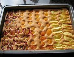 Für den schnellen Obstkuchen Eier und Zucker mit dem Mixer schaumig rühren (mindestens 15 Minuten). Öl einträufeln lassen und weiter mixen, danach