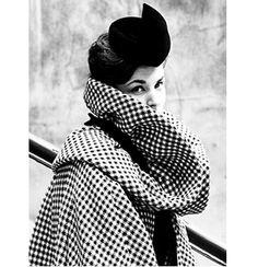 Modelo vestindo um casaco Pierre Cardin e chapéu, 1959.