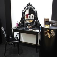 Il vanity table di @katvondbeauty  Chi vorrebbe averlo a casa propria?? #katvond #katvondbeauty #katvonditaly #vanitytable #makeup #makeuptable #dark #goth #gothic #black #makeupaddict #makeuplovers #makeupartist #instamakeup #instabeauty #beauty #beautyblogger #bblogger #beautydea