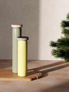 Moulin à épices Sowden Medium / H 20 cm - Poivre & sel / Métal - Hay Totem domestique… Une superbe palette de couleurs douces pour ce moulin à épices conçu par le célèbre designer George Sowden, l'un des membres fondateurs du légendaire groupe Memphis créé en Italie dans les années 80. Solution efficace pour moudre sel, poivre et épices, Sowden est réalisé en acier. La grosseur de la mouture est réglable. Le broyeur est en céramique. Blog Deco, Le Moulin, Solution, Memphis, A Table, Designer, Candle Holders, Palette, Candles