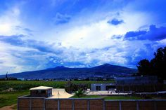 Cielo Azul Bajo un Cielo Borrascoso