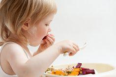 Para una madre no hay nada más normal que hacerse las siguientes preguntas:  ¿Qué alimentos tengo que introducir en la dieta de mi bebé? ¿Cómo le preparo las comidas? ¿Cómo hay que cocinar los alimentos?  A medida que su hijo vaya creciendo tendrá que diversificar su alimentación. #BÉABA ha ideado productos originales que responden a sus haciendo las delicias de los gastrónomos en ciernes.  www.beaba.com, creador de buenas ideas.  #BÉABAteayuda