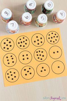 """Number matching with paper cups. Includes a free printable mat to make it even easier! {Mehr Weiteres Neues} zum Thema """"{Lernen Lernen Lernen Lerntechniken Lernstrategien Lernmethoden"""" gibt es bei ZENTRAL-lernen"""
