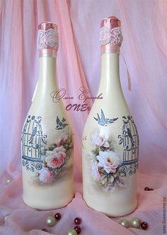 Resultado de imagen para how to fabric decoupage wine bottle Glass Bottle Crafts, Wine Bottle Art, Diy Bottle, Decoupage Glass, Jar Art, Altered Bottles, Vintage Bottles, Recycled Bottles, Bottle Painting