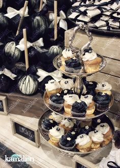 www.kamalion.com.mx - Mesa de Dulces / Candy Bar / Postres / Boda / Blanco y negro / Black & White / Rustic Decor / Dulces / Carreta / Lechero / Maletas / Reloj / Vintage / Cupcakes / Wedding / Cottoncandy.