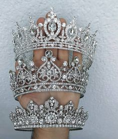 Schmuck Image may contain: one or more people and closeup Bvlgari weird spelled an exceptional perfu Bridal Crown, Bridal Tiara, Headpiece Jewelry, Hair Jewelry, Royal Jewelry, Cute Jewelry, Crown Aesthetic, Quinceanera Tiaras, Crystal Crown