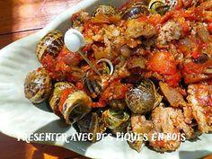 La meilleure recette d'Escargots à la catalane! L'essayer, c'est l'adopter! 5.0/5 (4 votes), 7 Commentaires. Ingrédients: 180 à 200 escargots petits gris 1 kg 500 de tomate + 3 sucre 500 g chair à saucisse 2 tranches de ventrèche poivrée ou jambon de bayonne 2 branches de thym, 1 feuille de laurier, persil haché 5 gousses d'ail 1 gros oignon ou 2 échalotes 2 c à soupe de farine 1 piment ou moins poivre, sel 2 tablette pour court bouillon ou kub or 1 c à soupe d'...