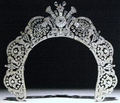 The diamond halo tiara of Loelia, Duchess of Westminster. The tiara can be heightened with the addition of a diamond strand around the outer edge of the tiara.