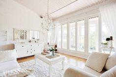 Ikkunoita ei voi koskaan olla liikaa ❤ Tähän kotiin ihastuu helposti, uskallatko kurkata? ➡ www.villalkv.fi/koti-kuin-sisustuslehdesta #asuntounelmia_unelmaasuntoja (paikassa VILLA LKV)