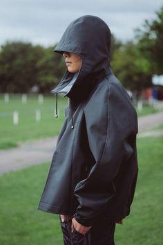 RCA Graduate Raj Mistry Designs Contemporary Anoraks For Rains… Sport Fashion, Mens Fashion, Rain Fashion, Fashion Details, Fashion Design, Young Designers, Rain Wear, Sport Wear, Mode Inspiration