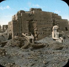 Esta fotografía del siglo XIX debe corresponder a la entrada principal del templo en el estado que quedó mil años después de su abandono por las legiones romanas que mantuvieron en el recinto un campamento militar